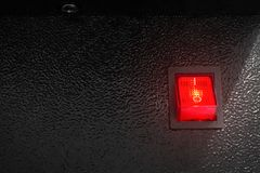 Interruptor de alimentação vermelho no fundo escuro Botão do controle elétrico fotografia de stock royalty free