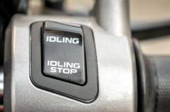 Interruptor de avanço em marcha lenta do sistema da parada em uma motocicleta imagens de stock