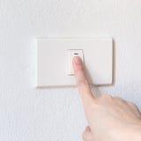 Interruptor de botón de la mujer de la mano Fotografía de archivo