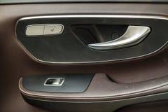 Interruptor de controle moderno do puxador da porta e da janela do carro fotos de stock