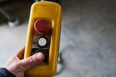 Interruptor de controle remoto do impulso masculino da mão para o guindaste aéreo no f Imagens de Stock