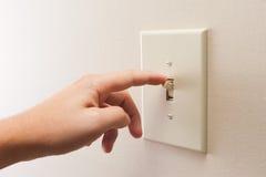 Interruptor de la luz de torneado de la pared de la mano apagado imagen de archivo libre de regalías