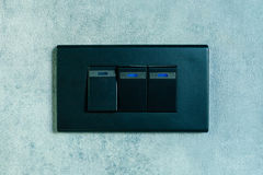 Interruptor de la luz en fondo concreto de la pared de la textura Foto de archivo libre de regalías