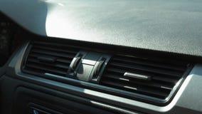 Interruptor de la torsión de la mano del hombre del aire acondicionado en el coche Día asoleado automóvil metrajes