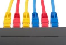 Interruptor de red del LAN con los cables de Ethernet Foto de archivo