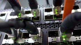 Interruptor de red moderno con los cables Sitio del servidor Las luces LED que destellan se cierran para arriba Concepto 3 almacen de video