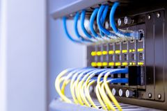 Interruptor de red y cables de Ethernet, concepto del centro de datos imagenes de archivo