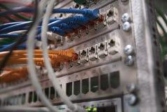Interruptor de rede com cabos coloridos imagem de stock