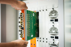 Interruptor de rede do reparo na sala do centro de dados fotografia de stock