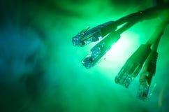 Interruptor de rede e cabos ethernet, símbolo de comunicações globais A rede colorida cabografa no fundo escuro com luzes e smo fotografia de stock royalty free