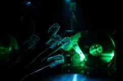 Interruptor de rede e cabos ethernet, símbolo de comunicações globais A rede colorida cabografa no fundo escuro com luzes e smo fotos de stock