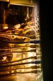 Interruptor de rede e cabos ethernet, símbolo de comunicações globais A rede colorida cabografa no fundo escuro com luzes e smo foto de stock