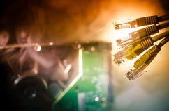 Interruptor de rede e cabos ethernet, símbolo de comunicações globais A rede colorida cabografa no fundo escuro com luzes e smo imagem de stock