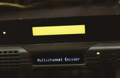 Interruptor de rede e de cabos ethernet de UTP close-up na sala do servidor fotos de stock