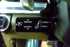 Interruptor de seletor lustroso preto da cruise control sob o volante do carro superior imagem de stock