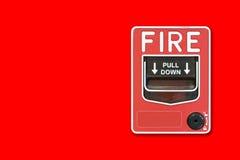 Interruptor do alarme de incêndio na parede vermelha imagens de stock