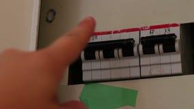 Interruptor fêmea do pino de madeira da mão na caixa de interruptor, todos os interruptores que estão sendo desligados sobre e El filme