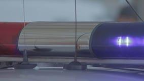 Interruptor intermitente del coche policía con la luz roja y azul almacen de metraje de vídeo