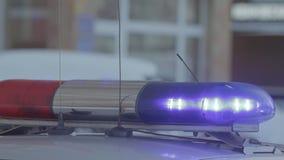 Interruptor intermitente del coche policía con la luz roja y azul metrajes