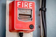 Interruptor la alarma de incendio en la pared Imágenes de archivo libres de regalías
