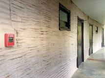 Interruptor MANUAL de la alarma de la ESTACIÓN SINGLE/Fire del TIRÓN del NOTIFICADOR en la pared Imágenes de archivo libres de regalías