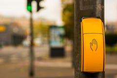 Interruptor pedestre na cruz em Alemanha foto de stock