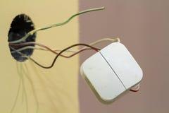 Interruptor quadrado elétrico branco com fios frouxamente de conexão no fundo claro interior do espaço da cópia da parede da sala fotografia de stock royalty free