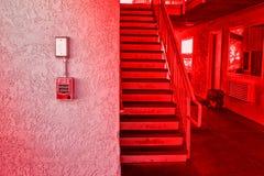 Interruptor rojo la alarma de incendio en la pared del cemento Imagen de archivo libre de regalías