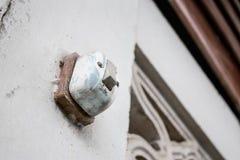Interruptor velho na parede branca fotografia de stock
