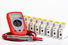 Interruptores automáticos, multímetro digital Acessórios para a instalação elétrica segura e segura foto de stock