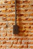 Interruptores da luz do marrom escuro na parede de tijolo imagem de stock