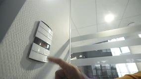 Interruptores de datos masculinos en el panel de control de su hogar elegante almacen de metraje de vídeo
