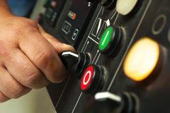 Interruptores de funcionamiento y botones de la mano masculina Fotografía de archivo libre de regalías