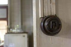 Interruptores de la luz pasados de moda en la pared fotos de archivo libres de regalías