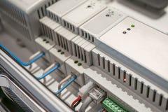 Interruptores de red y cables LAN de Ethernet conectados con el equipo elegante de la casa, concepto moderno de la tecnología imágenes de archivo libres de regalías
