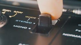 Interruttore basculante per i modi stereo e mono su un giranastri video d archivio