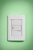 Interruttore chiaro bianco sulla parete verde. immagini stock libere da diritti