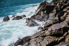 Interruttore dell'acqua sulle pietre, rocce Immagini Stock