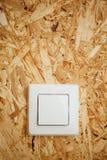 Interruttore della luce elettrico, fondo di legno del osb Fotografia Stock Libera da Diritti