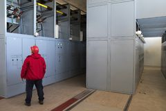 Interruttore di accensione di alta tensione di controllo dell'elettricista Immagini Stock Libere da Diritti