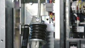 Interruttore di alimentazione ad alta tensione durante il sovraccarico Compressione della molla Interruttore automatico, fusibile stock footage