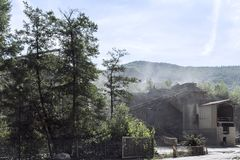 Interruttore di pietra al piede di una montagna della polvere minerale nel processo di produzione immagine stock libera da diritti