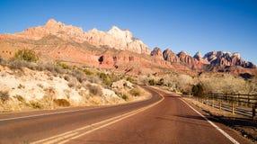 Interruttore di Zion National Park Desert delle colline dell'alta montagna di alba della strada Immagini Stock