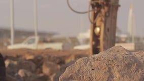 Interruttore idraulico del martello sull'escavatore che distrugge le rocce archivi video
