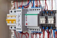 Interruttore, relè di controllo di fase, relè di controllo livellato, relè intermedi in cabina elettrica fotografie stock