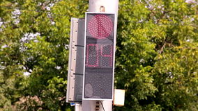 Interruttori della luce principali di traffico da rosso per inverdirsi v4 stock footage