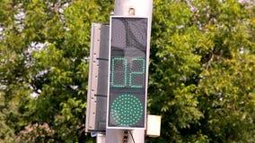 Interruttori della luce principali di traffico da verde a v1 rosso stock footage