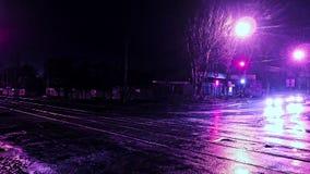 Interseção da cidade da noite do lapso de tempo com tráfego e luzes refletidas no asfalto molhado vídeos de arquivo