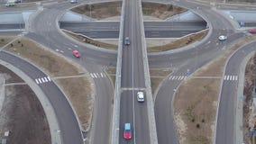 Interseção da estrada de alta velocidade que corre através dos campos e dos prados, zangão que voa sobre a condução do círculo filme