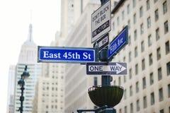 Interseção da rua do leste 45th e da 5a avenida em New York Imagem de Stock